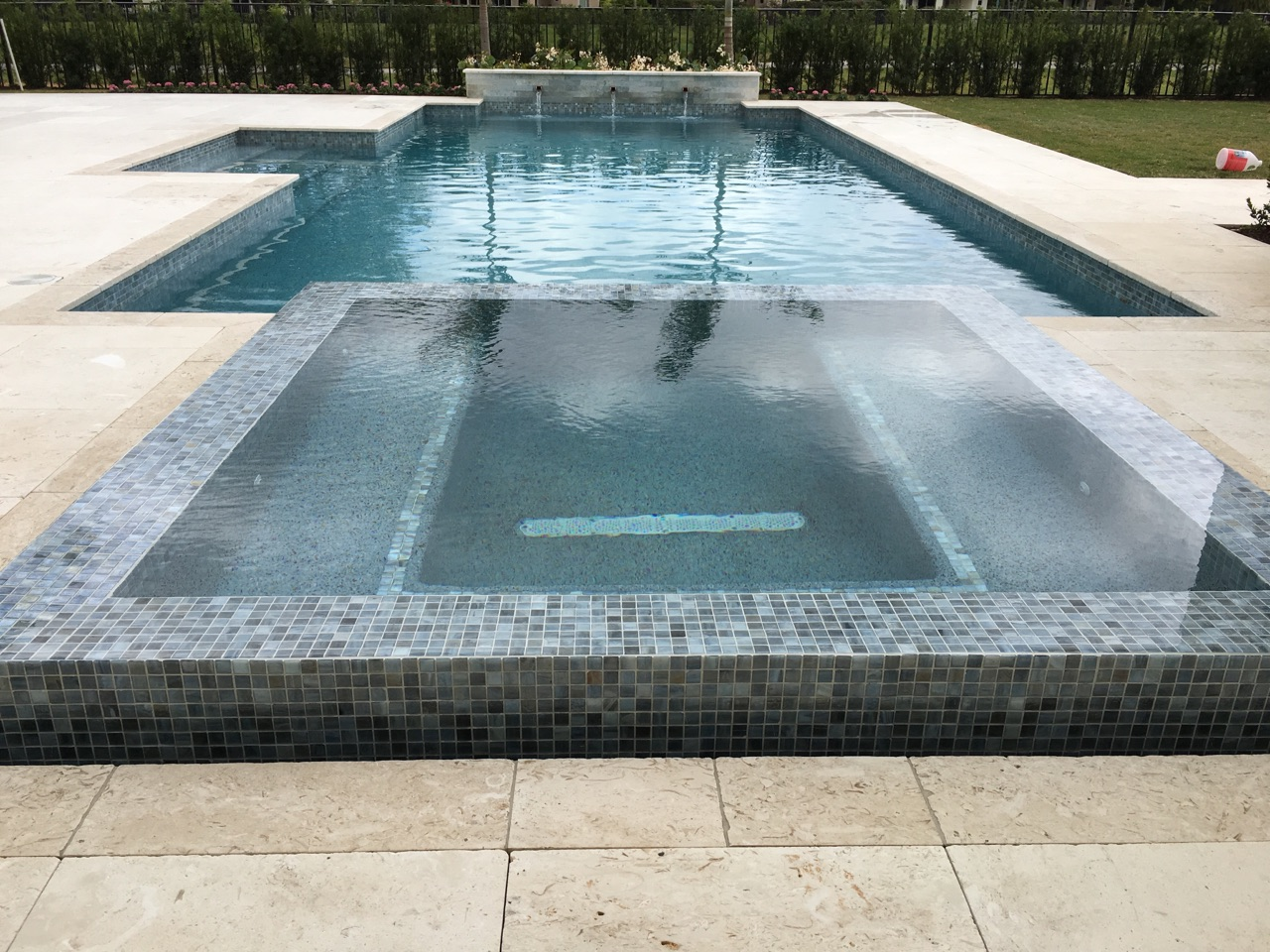 rhr pools of jupiter infinit spa with mosaic tile, raised wall with water feature