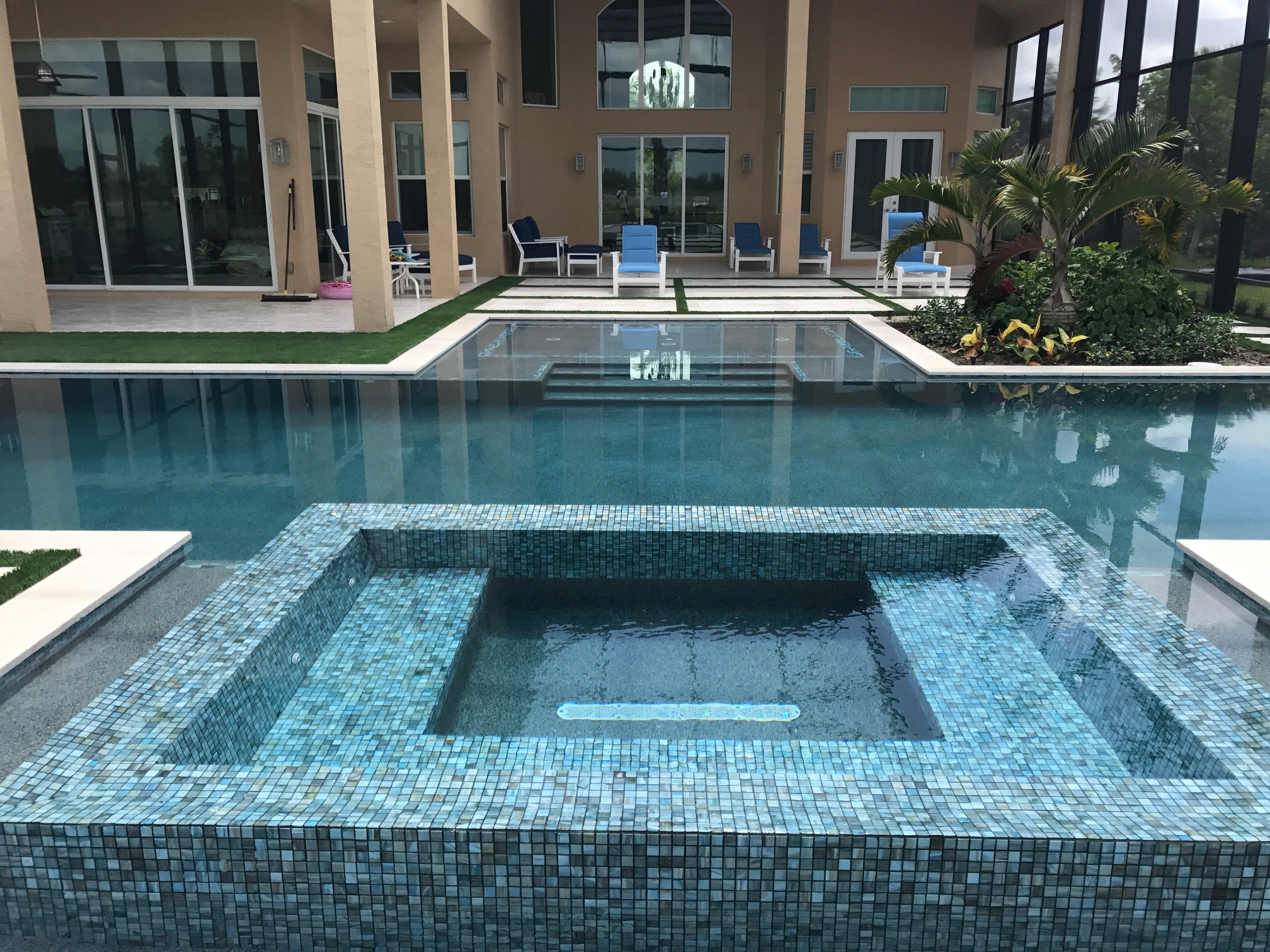 rhr pools of jupiter fl infinity edge spa with blue mosaic tiles